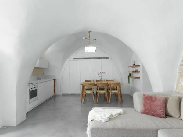 弧形天花+裸露石墙, 老房也能翻新成极简公寓