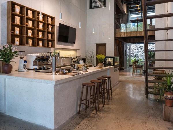 历史老街上的咖啡烘焙店,设计融入当地氛围
